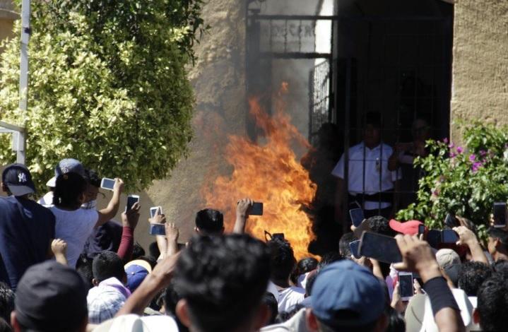 メキシコ・フェイクニュースを信じた町の住民達が無実の男性ふたりを集団リンチ・焼き殺した事件